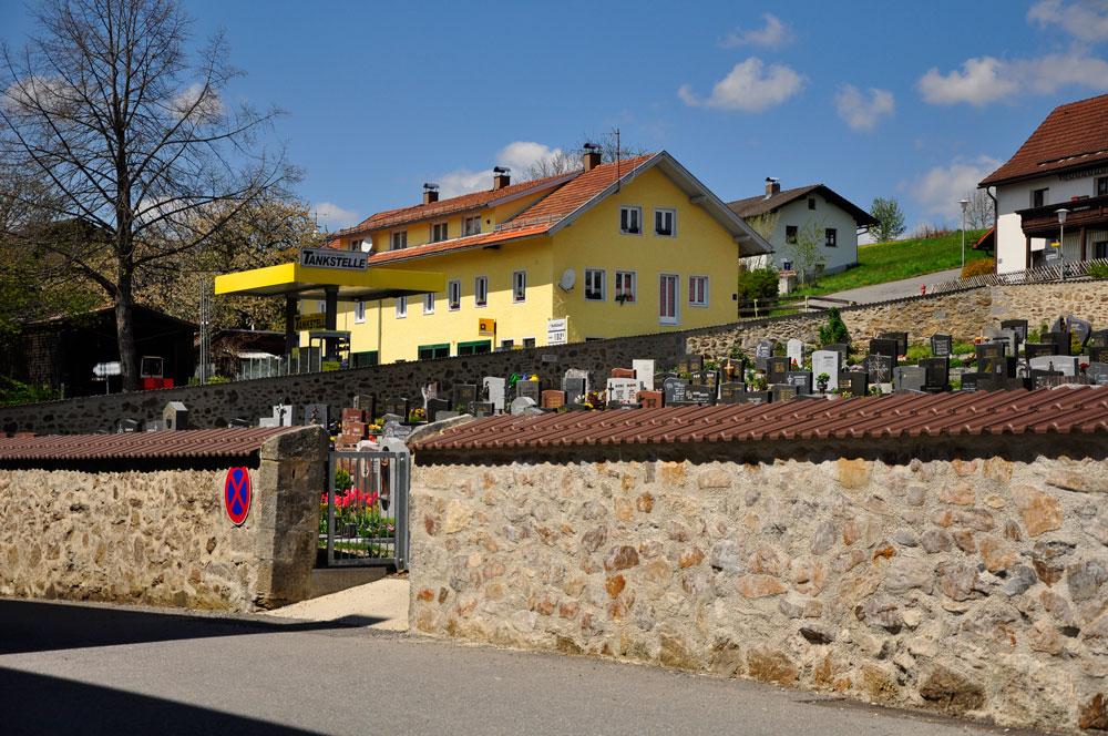 Zwiesel und Neuschönau, Friedhoefe mitten im Ort