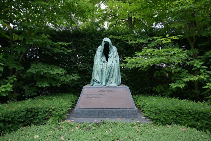 """Hauptfriedhof Karlsruhe, Skulptur """"Pieta"""" von Anna Chromy"""